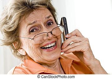 kobieta, ruchomy, szczęśliwy, telefon, używając, starszy
