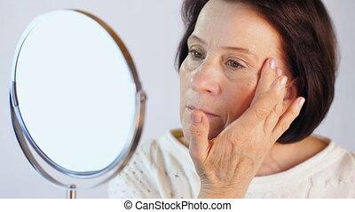 kobieta, sędziwy, patrzeć, jej, skóra