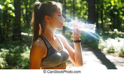 kobieta, słoneczny, woda, las, butelka, stosowność, picie