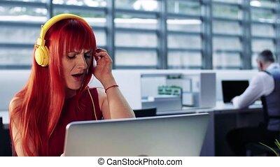 kobieta, słuchający, słuchawki, biuro, dojrzały, music.