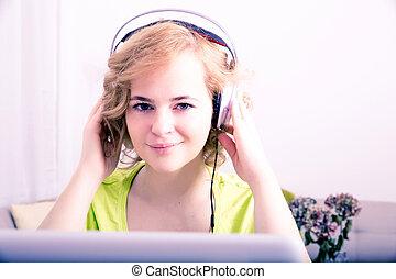 kobieta, słuchawki, młody dorosły, laptop, przód