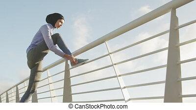 kobieta, shoeslaces, hijab, zewnątrz, słuchający, ...