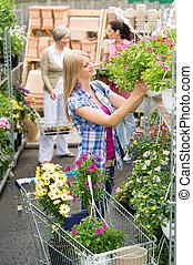 kobieta shopping, dla, kwiaty, w, ogrodowy środek