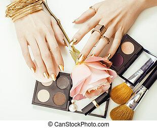 kobieta, siła robocza, z, złoty, manicure, i, dużo, dzwoni, dzierżawa, szczotki, makeup artysta, materiał, szykowny, czysty, zatkać się, różowy