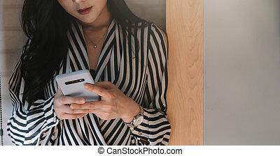 kobieta, smartphone, biuro, handlowy, asian, używając