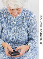 kobieta, smartphone, uśmiechanie się, używając, starszy