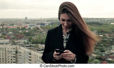 kobieta, smartphone, używa, młody, dach