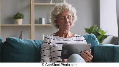 kobieta, sofa, cyfrowy, senior, uśmiechanie się, tabliczka, odprężając, używając