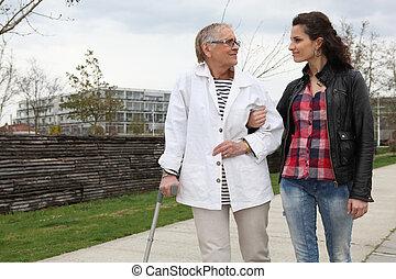 kobieta, spacerowy, z, na, starszy, dama