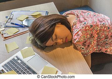 kobieta, spanie, asian, biuro, zmęczony
