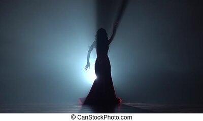 kobieta, spełnianie, dance., ruch, tło., powolny, pociągający, dym, sihouette., brzuch