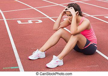 kobieta, sporty, posiedzenie, ślad, młody, wyścigi