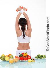 kobieta, sporty, zdrowy, zawrócony, wstecz, jadło, stół