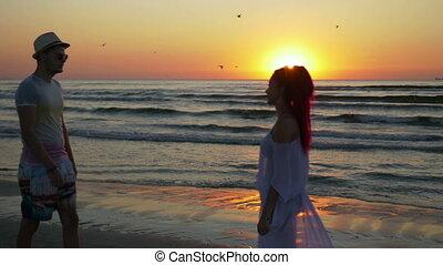 kobieta, spotkanie, para, młody, namiętność, piaszczysty, całowanie, plaża, wschód słońca, człowiek