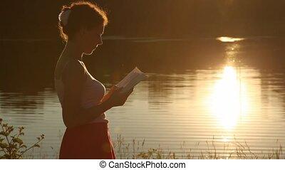 kobieta stanie, blisko, jezioro, i, czytanie książka