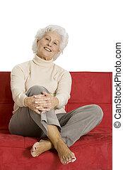 kobieta, starszy, odprężając, leżanka