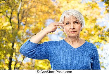 kobieta, stary, park, armata, jesień, palec, zrobienie, gest