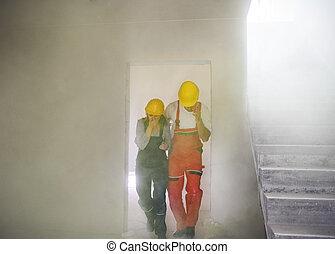 kobieta, suffocating, pracownicy, umieszczenie., zbudowanie, człowiek