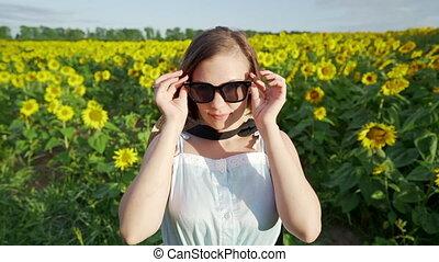 kobieta, sunglasses, kieruje, sunflowerslooking, młody, aparat fotograficzny, ładny, uśmiechanie się