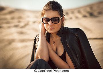 kobieta, sunglasses, posiedzenie, diuna, piasek, sexy
