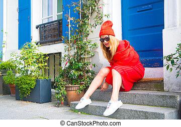 kobieta, szykowny, sprzęt, pozować, na, schody, blisko, wejście, dom, malowniczy, ulica, w, paris., paryż, znany, jak, kapitał, od, fason, umacnia, tytuł, szykowny, citizens., wymiana, kierunki, jedzeni, paryż, magnes, fason, świat