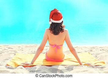 kobieta, tło, odprężając, posiedzenie, kapelusz, na, święty, piasek morze, plaża, boże narodzenie, czerwony