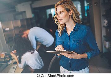 kobieta, tabliczka, biuro, nowoczesna sprawa, używając