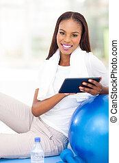 kobieta, tabliczka, młody, amerykanka, komputer, afrykanin, używając