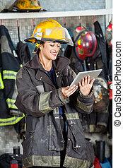 kobieta, tabliczka, ogień, cyfrowy, używając, szczęśliwy