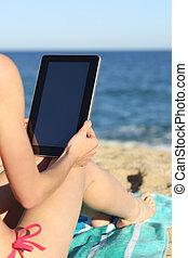 kobieta, tabliczka, plażowe zwolnienia, czytanie