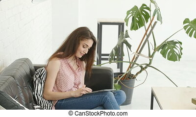kobieta, tabliczka, posiedzenie, sofa, młody, pc, używając, kaukaski