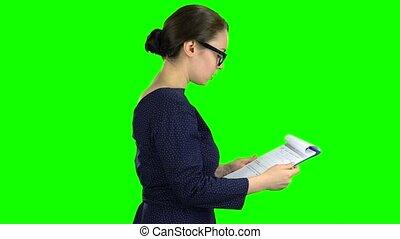 kobieta, tabliczka, screen., papier, zielony, ulica., bok, oblezieni, prospekt