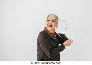 kobieta, tabliczka, starsza generacja, ekran, nowoczesny, technology., starszy, uśmiechnięty., dzierżawa, biały, opróżniać
