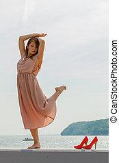 kobieta taniec, chodząc, długi, lekki, różowy strój