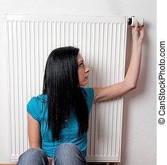 kobieta, termostat, grzejnik, ogrzewanie
