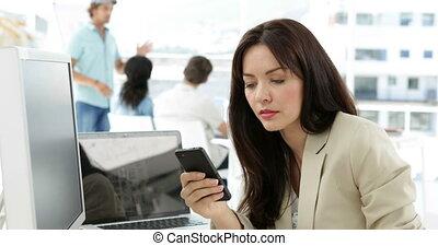kobieta, texting, jej, pracujący, biurko