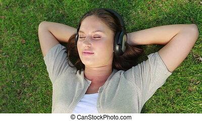 kobieta, trawa, leżący, słuchawka
