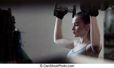 kobieta, trening, młody, gym., dumbbells, dziewczyna, albo