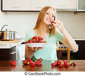 kobieta, truskawki, jedzenie, długo-haired