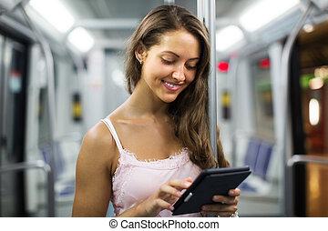 kobieta, tunel, ereader, pociąg