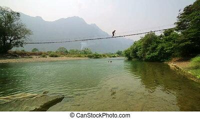 kobieta, turysta, niebezpieczny, laos, przejście, zawieszenie, bambus, most
