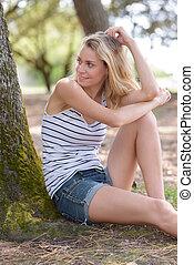 kobieta, turysta, odprężając, zmęczony, drzewo, pod