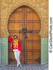 kobieta, turysta, pałac, królewski, stać, frontowa brama, bok, asian