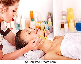 kobieta, twarzowy masaż, dostając