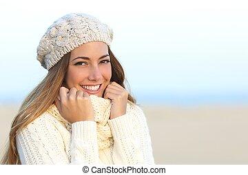 kobieta, uśmiech, z, niejaki, doskonały, biały kęs, w, zima