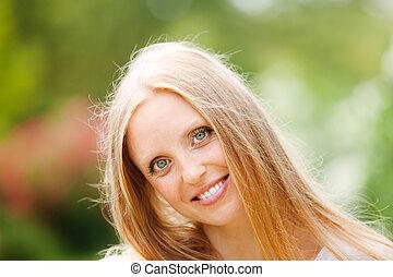 kobieta uśmiechnięta, długo-haired