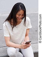 kobieta uśmiechnięta, outdoors, młody, używając, asian, cellphone