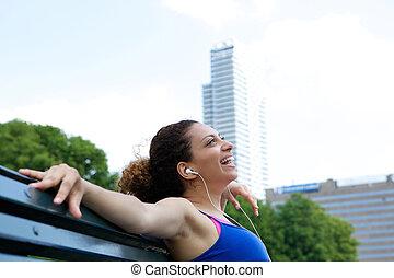 kobieta uśmiechnięta, outdoors, z, earphones