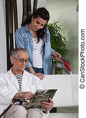 kobieta vacuuming, dla, na, starszy, dama