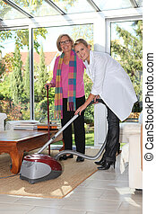 kobieta vacuuming, dla, starszy, dama